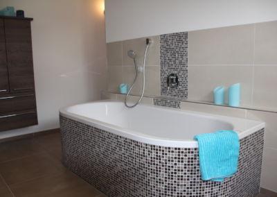Helles und modernes Badezimmer mit Mosaik Effekt
