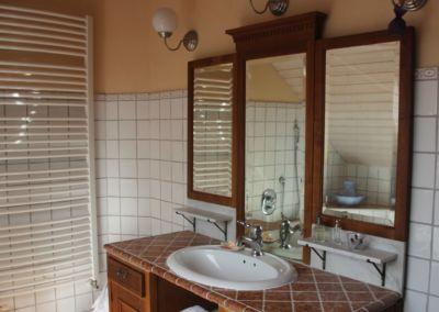 Waschbecken mit Spiegel - dunkles Holz